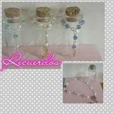 Bellos recuerdos en las mini botellitas de vidrios,  ideales para cualquier ocasión♥ #cosaycoso #botellitas #botellas #mini #botellita #bottle #bottles #recuerdos #nacimiento #primeracomunion #comunion #novenario #boda #matrimonio #babyshower #bautizo #mcbo #zulia #maracaibo #evedeso #eventdesignsource - posted by Cosa y Coso https://www.instagram.com/cosaycoso. See more Baby Shower Designs at http://Evedeso.com