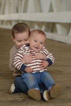 brothers, kiss, boys, siblings, childrens photography, one year old photos, birthday photos, hug