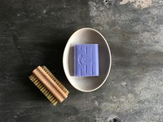 Lavender soap from Marseille in a beautiful soapbowl. The nailbrush takes everysign from the garden away.