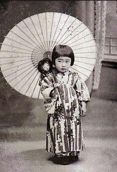little girl with a parasol, budding geisha Vintage Pictures, Old Pictures, Vintage Images, Old Photos, Japanese Culture, Japanese Girl, Samurai, Desu Desu, Photo Vintage