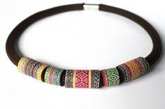 Nacklace étnicos hechos a mano de la arcilla del polímero, longitud 44cm.