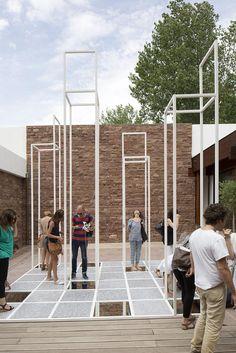 Instalación por decode. Festival des Architectures Vives 2013, 8ª edición. Fotografía © Paul Kozlowski. Señala encima de la imagen para verla más grande.