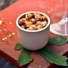 To make these addictive snacks, chef Jason Travi tosses canned chickpeas with flour, coriander and cumin, then fries them. He loves popping them into Wine Recipes, Dog Food Recipes, Snack Recipes, Seafood Recipes, Vegan Appetizers, Appetizer Recipes, Crispy Chickpeas, Yummy Snacks, Recipes