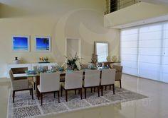 Voltando ao salão principal, outros dois ambientes chamam a atenção por suas dimensões generosas e por sua decoração sofisticada: a sala de jantar, que acomoda cerca de dez pessoas para as refeições indoor, e o living room, que conta com poltronas de design assinado com estrutura em madeira.