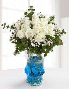 Sevdiklerinize beyaz bir mutluluk hediye edin. mavi sulu cam vazoda cipso ve yeşilliklerle süslenmiş 14 adet beyaz gülden oluşan Kış Güzeli, sevdiklerinizi güzelliğiyle büyülesin.