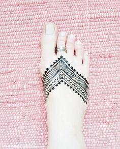 Henna Tattoo am Fuß selbermachen