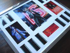 """Michael Jackson: This Is It - ingelijste cel Montage Filmpreis """"The King of Pop""""  Deze mooie presentatie functies tien individuele stroken van oorspronkelijke 35mm filmrol genomen uit de Michael Jackson film This Is It dubbele gemonteerd met drie foto's en naamplaatje in een prachtige zilveren chroom-fx frame 20 """"x 16"""". Het is geglazuurd met dubbele perspex waardoor licht te schitteren door om te pronken met de beelden. Alle beugels zijn hand gesneden schuine randen mat omringt met behoud…"""