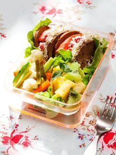お魚も乳製品も、基本的にAB型におすすめの食材。チーズと生野菜を加えたバラエティ豊かなサーモンサンドウィッチを、たっぷりの野菜、フルーツとともに。|『ELLE a table』はおしゃれで簡単なレシピが満載!