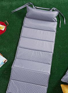 Notre collection nomade plein air Vivre Dehors en exclusivité pour Simons Maison     Le matelas d'extérieur idéal pour les journées relaxes à la plage, au parc, au bord de la piscine, sur la chaise longue...   Format pratique que l'on replie en accordéon et muni d'une longue ganse épaule pour faciliter le transport   Toile de polyester imperméable et résistante aux rayons UV   Entretien sans souci, essuyer avec un linge humide seulement   60x180 cm
