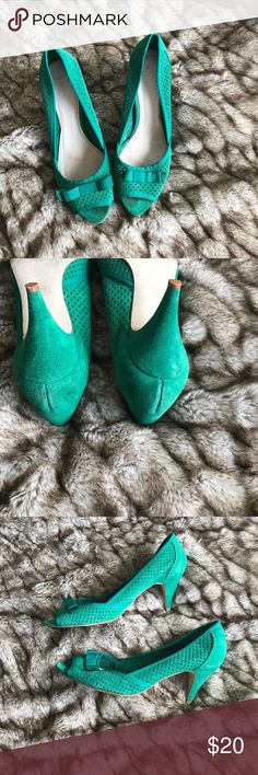Zara kitten heels Esmeralda green suede , pre loved condition, please see pics , no scratches on the heel and still have plenty of life left, great for the office. Bow in the front peep toe, gorgeous little stand out shoe. Shoe is Zara size 40/ 9 us/ but I feel it would best fit a 9.5 Zara Shoes Heels