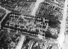 Praça Osório na década de 1930. Vista aérea que permite a visualização do paisagismo. À direita, encontra-se a rua Voluntários da Pátria e, à esquerda, na parte superior, a Rua Vicente Machado.