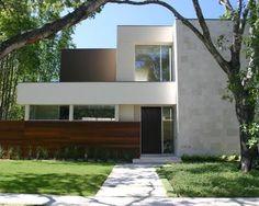 Diseño de casa de dos niveles con piedra y madera