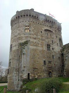 Photo Le Donjon du Château de Dinan - Dinan ref 35338 Castle Ruins, Castle Rock, Medieval Castle, Museum Architecture, Amazing Architecture, Chateau Moyen Age, Region Bretagne, Castle Pictures, French Castles