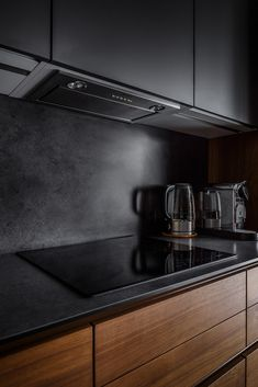 Great ideas for Sweet Home Beautiful dark kitchen Beautiful dark kitchen Care l Kitchen Room Design, Modern Kitchen Design, Home Decor Kitchen, Interior Design Living Room, Kitchen Decorations, Kitchen Contemporary, Kitchen Layout, Black Kitchens, Luxury Kitchens