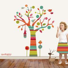 Vinilo infantil ARBOL MULTICOLOR  Árbol multicolor que llena de fantasía y alegría la habitación de tus peques con 5 divertidos pajaritos, un nido, 28 hojas de diferntes formas y el tronco con sus ramas en un original estampado !  Este original árbol viene presentado en una misma base ya troquelado y separado para que tu y tus peques lo podáis pegar en la pared como más os guste.  Si necesitas otra medida más grande solo tienes que pedirnosla y te hacemos tu presupuesto e…