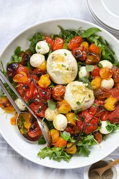 Healthy Salad Recipes: Roasted Tomato and Burrata Caprese Salad Salada Caprese, Tomato Caprese, Caprese Salad, Burrata Salad, Roasted Tomatoes, Roasted Vegetables, Roasted Vegetable Salad, Veggies, Heirloom Tomato Recipes