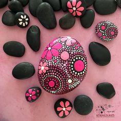 Rock arte piedra pintados a mano diseño por etherealearthrockart