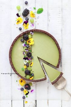 Raw, vegan matcha cheeze tart with almond & chocolate crust by Mei Yee Check out her page for this recipe 😉 Tart Recipes, New Recipes, Do It Yourself Food, Bolo Cake, Raw Cake, Cheese Tarts, Raw Vegan, Vegan Desserts, Vegan Gluten Free