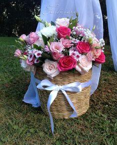 cesto de flores com laço
