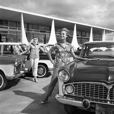 """Campanha """"Novo toque de bom gosto na moderna paisagem brasileira"""" com o carro Simca Chambord, Brasília – c. 1960. (Chico Albuquerque/Instituto Moreira Salles)"""