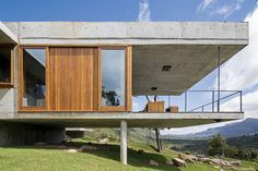 Wooden window frames and cladding together with raw concrete. In this case much more like it than aluminium window frames. Wooden Window Frames, Wooden Windows, Architecture Design, Residential Architecture, Futuristic Architecture, House On Stilts, Hillside House, Exterior Design, New Homes