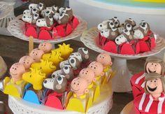 Uma seleção de convites, decorações, bolos, doces e lembrancinhas para você produzir uma festa Snoopy inesquecível! 1 Year Old Birthday Party, 6th Birthday Parties, 1st Boy Birthday, Themed Parties, Bolo Snoopy, Snoopy Cake, Snoopy Birthday, Snoopy Party, Charlie Brown Snoopy