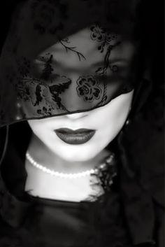 26 Trendy fashion black and white photography veils photography photoshop art photo tutorial f Dark Beauty, Hidden Beauty, Black White Photos, Black And White Photography, Style Noir, Color Negra, Monochrome, Fashion Photography, Portrait Photography