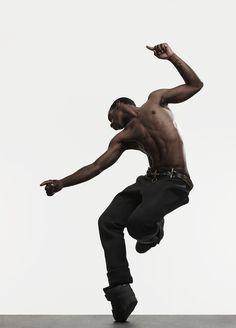 Lil Buck est né à Chicago est a grandi dans la ville de Menphis, non loin des quartiers ghettos... Il est tombé amoureux de la danse à l'âge de 12 ans environ .