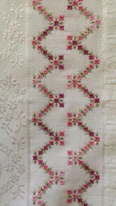 Risultati immagini per hardanger ponto reto Swedish Embroidery, Hardanger Embroidery, Hand Embroidery Patterns, Ribbon Embroidery, Cross Stitch Embroidery, Embroidery Designs, Doily Patterns, Cross Stitch Borders, Cross Stitch Designs