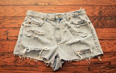 gorgeous wear and tear Ripped Jean Shorts, Denim Shorts, Jeans Refashion, Diy Jeans, Festival Outfits, Diy Fashion, What To Wear, Ball Gowns, Casual Shorts