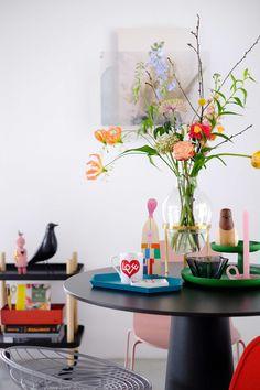Interior Design Inspiration, Decor Interior Design, Design Ideas, Colorful Apartment, Table Flowers, Eclectic Style, Living Room Bedroom, Modern Furniture, Furniture Ideas