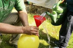 Úplně nejlepší jsou experimenty, na které se přijde náhodou. A tohle je jeden z nich. Potřebovali jsme pro jinou aktivitu naplnit balónky vodou a tak jsme měli pohromadě balónky, trychtýř a vodu. A pak už stačil jenom okamžitý nápad a gejzír byl na světě.