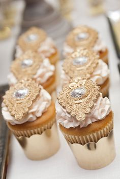 Luxe Marie Antoinette wedding gold cupcakes ◆ The Bridal Notebook by Mia Monica Cupcakes Design, Cupcakes Cool, Beautiful Cupcakes, Wedding Cupcakes, Cake Designs, Cake Wedding, Dessert Wedding, Wedding Sweets, Sparkly Cupcakes