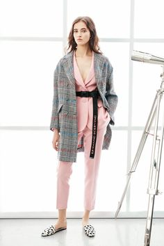 See the complete Ermanno Scervino Resort 2018 collection.