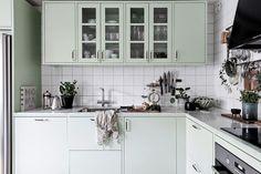 Köket signerat Ballingslöv bjuder på vacker inredning i Lindblomsgrönt. Bäckegatan 22 - Bjurfors