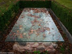 Spätbronzezeitliches Grab in Behringersdorf bei Nürnberg.  Da kommt man so oft vorbei und weiß nicht mal dass es existiert. Gleich in einem kleinen Vorort von Nürnberg in Behringersdorf ist ein Bronzezeitliches Grab zu finden. Es ist eines von 12 Gräbern die bei Ausgrabungen 1966 dort gefunden wurden. Neben 2 Bronzeschwertern wurde Schmuck und andere zahlreiche Dinge gefunden.  Aufmerksam wurde ich auf dieses Grab durch einen Eintrag in der Open-Street-Map (Landkarte); die bis Dato einzige…
