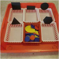 """Den här sorteringsövningen är ett av våra försök att hitta meningsfulla aktiviteter till alla barn. Vi sorterar här efter form⏹⏺ """"Sortera hjälper barnen att strukturera sin verklighet och leder till upptäckter av föremåls egenskaper och relation till varandra"""" (Citat ur små barns matematik, NCM) #förskola #lpfö#meningsfullaaktiviteter #sortering#geometriskaformer #matte#matematik"""