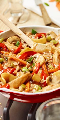 Asiatische Hähnchen-Reispfanne The colorful rice pan with bamboo shoots is a great idea if you want to cook Asian again. The fitness recipe with vegetables, rice and chicken is very tasty and you can easily copy it. Healthy Chicken Recipes, Vegetable Recipes, Asian Recipes, Ethnic Recipes, Asian Chicken, Chicken Rice, Arroz Frito, Bamboo Shoots, Salad Recipes For Dinner