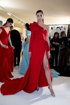 Elie Saab Couture Spring 2019 Fashion Show Backstage. Designer looks from the Spring 2019 Couture runway shows from Paris Couture Fashion Week Ellie Saab, Rock Dress, Dress Up, Red Fashion, Fashion Show, Fashion Pics, Color Fashion, Style Fashion, Vintage Fashion