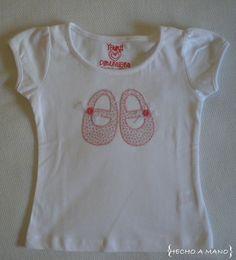 Camiseta para niña. Zapatos hechos de tela de florecitas. http://lascosasdehechoamano.blogspot.com.es/