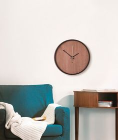 Madera - Reloj para pared. $91.000 COP. Cómpralo aquí--> https://www.dekosas.com/productos/umbra-madera-wall-clock-detalle