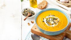 Nothing screams fall than this delicious low-carb easy pumpkin soup recipe. This is one of my favorite keto soup recipes to make in the fall. Gourmet Recipes, Soup Recipes, Healthy Recipes, Healthy Food, Lebanese Salad, Cinnamon Bark Essential Oil, Leafy Salad, Winter Soups, Roasted Butternut