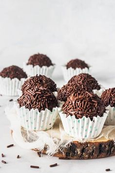 Vegan Brigadeiros vegan truffles: Brigadeiros are a Brazilian treat present at every birthday party, they are basically chocolate truffles. This is a vegan and paleo version of them. Healthy Vegan Dessert, Cake Vegan, Vegan Dessert Recipes, Vegan Treats, Delicious Vegan Recipes, Recipes Dinner, Vegan Chocolate Truffles, Vegan Truffles, Healthy Chocolate