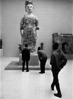 Enzo Sellerio :: Metropolitan Museum, Muslims curious about the Buddha statue, NYC, 1965