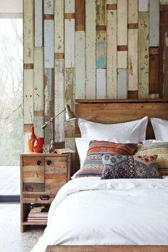 Chambre esprit récup, mur tête de lit effet bardage en papier peint | bedroom