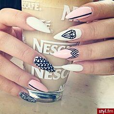 Stylowe, barwne, zgodne z najnowszymi trendami - wzorki manicure, które będą hitem!