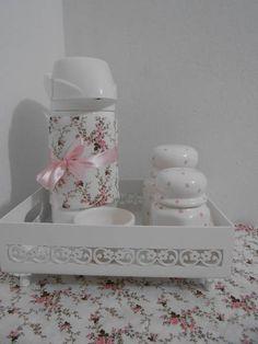 Kit Higiene contendo 1 cesta em mdf pintada, 2 potinhos em porcelana, garrafa termica com capa e uma molhadeira em porcelana. R$ 175,00