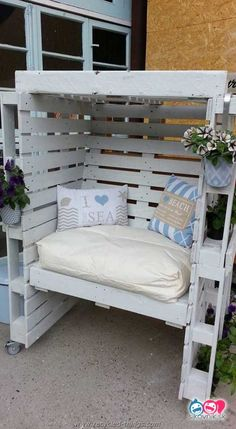 Pallet Outdoor Furniture Enclosed Seating Area with Cushions for Comfort - Outdoor pallet furniture ideas help you make your backyard into an outdoor living area that you can enjoy with your family. Find the best designs! Pallet Garden Furniture, Furniture Decor, Furniture Layout, Furniture Projects, Furniture Design, Garden Pallet, Repurposed Furniture, Diy Projects, Furniture Plans