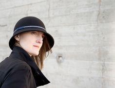 WAW - Chapeaux & Headbands. CL AS 01 Chapeau cloche noir asymétrique.