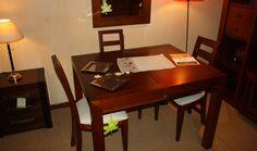 Mesa de comedor extensible más 4 sillas pretapizadas. Medidas: 110×90 cm. extensible a 160 cm.